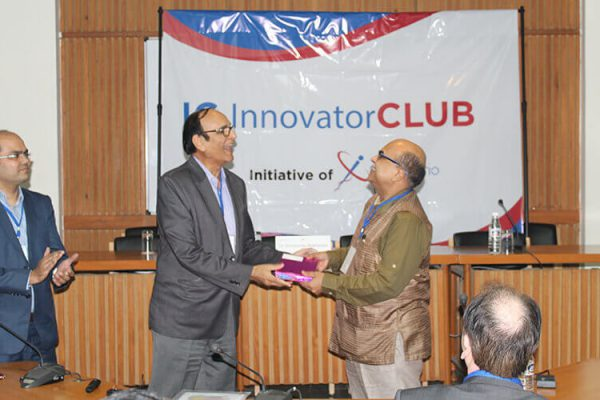 Dr-VK-Singh-presenting-a-token-of-appreciation-to-Dr-Shirshendu-Mukherjee-at-IC-InnovatorCLUB-second-meeting
