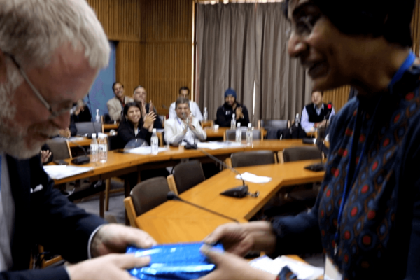 Prof-Paul-Lillrank-receiving-a-memento-of-appreciation-from-Susan-Koshy-at-IC-InnovatorCLUB-third-meeting-1024x561